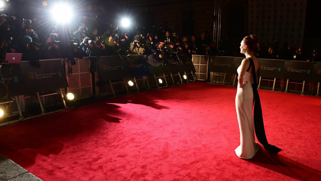 BAFTA AWARDS 2016: Julianne Moore blir fotografert av et hav av fotografer under prisutdelingen i London i natt. Se alle de fantastiske antrekkene fra BAFTA Awards lengre ned i saken. Foto: Pa Photos