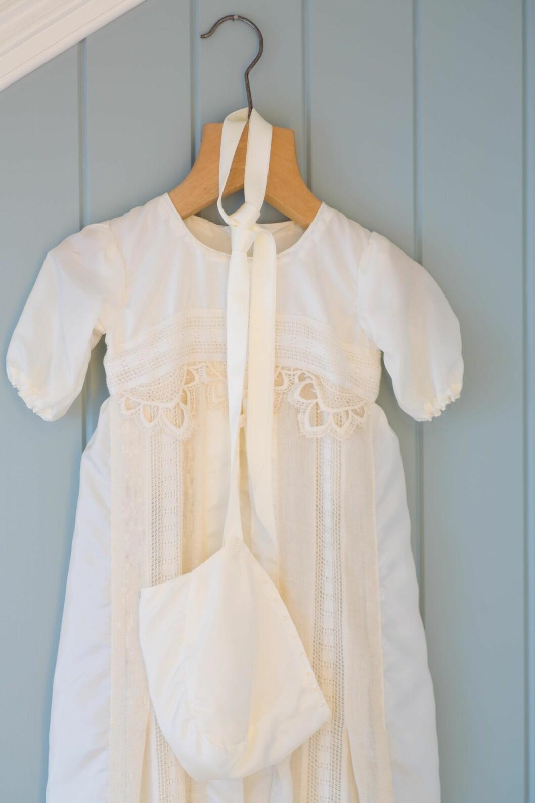 SARTE BLONDER: Dåpskjolen var eksamensoppgave da Marianne gikk på kunst- og håndverkstudiet. Den er laget av mormors kjøkkengardin.  Foto: Siv-Elin Nærø