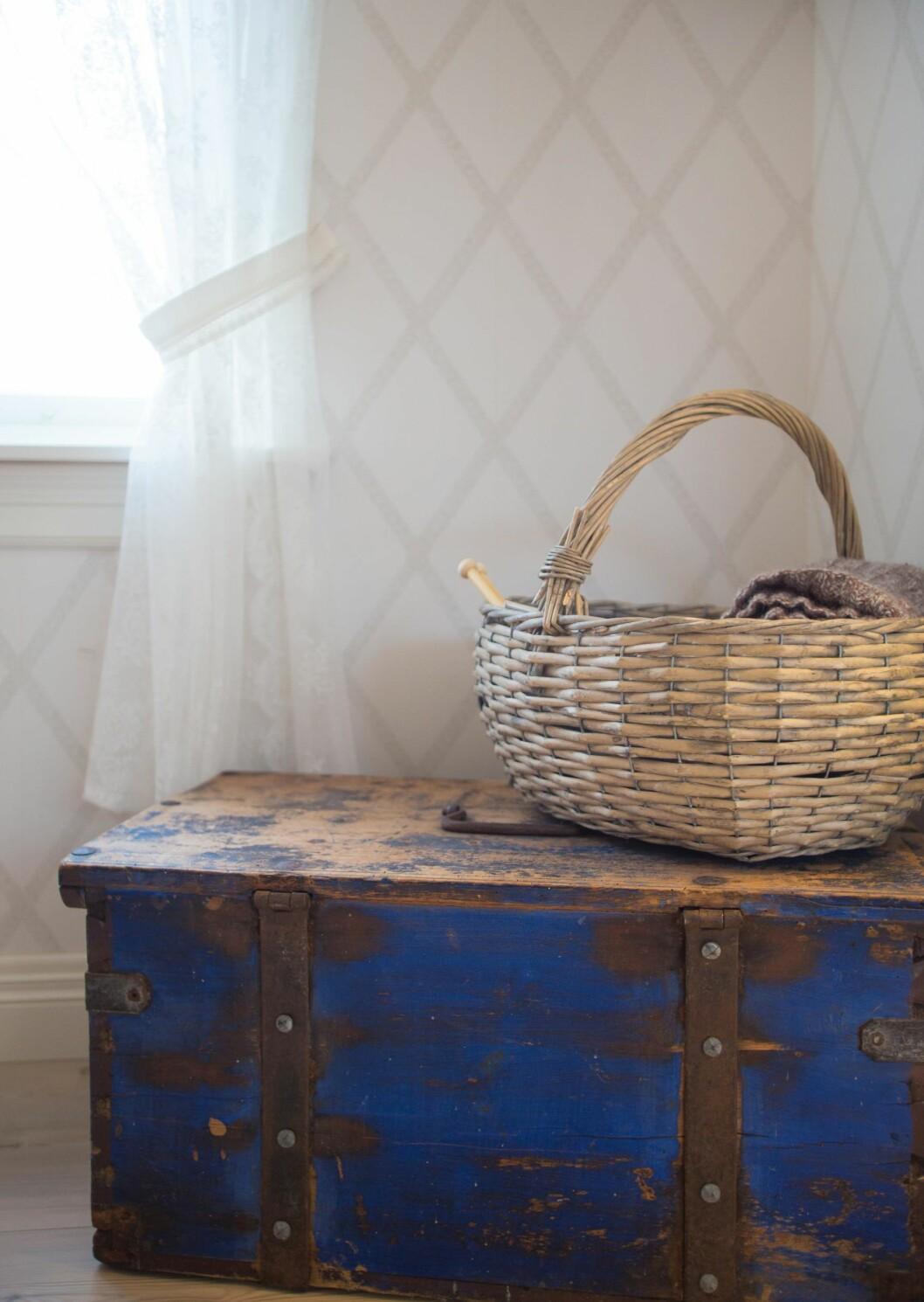 BLÅTT TIL LYST: En vakker kiste. Tipp-tipp-tipp-oldefar eide den, og den var omtalt i et arveoppgjør på 1700-tallet.  Foto: Siv-Elin Nærø
