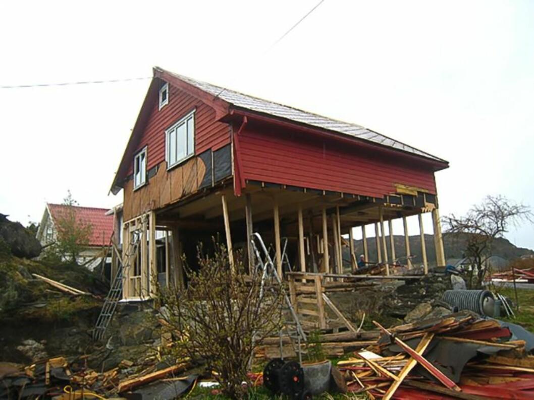 GOD TREKK: – Vi rev alt, bortsett fra veggene i andre etasje. I flere måneder sto det som var igjen på påler. På dette tidspunktet døpte mødrene våre huset om til «Den røde ruin» og «Villa gjennomblest», forteller Marianne. Foto: Privat