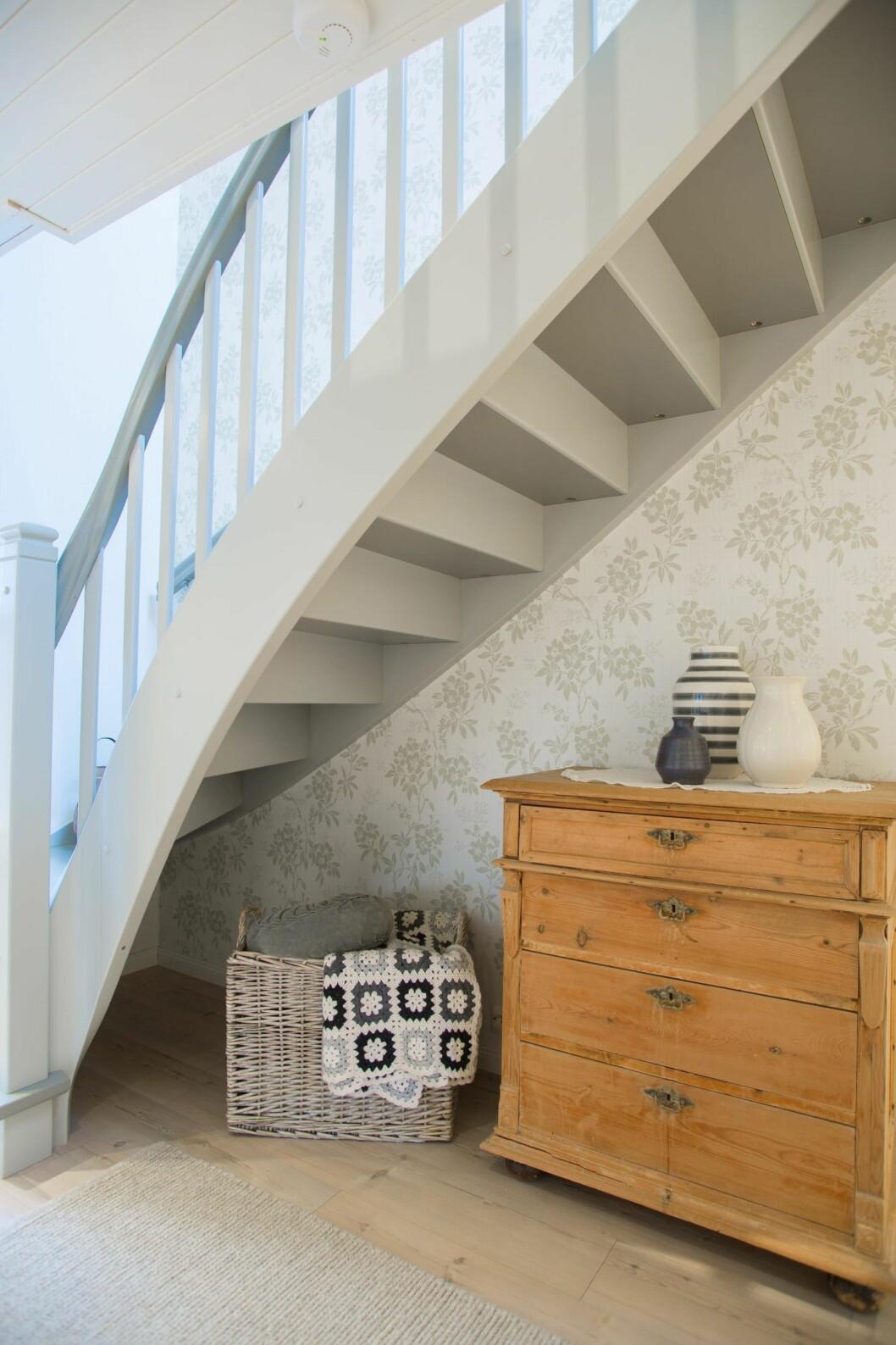 TRO KOPI: Trappen er en kopi av den opprinnelige. Kommoden fulgte med huset. Pleddet i kurven er heklet av en svigerinne. Foto: Siv-Elin Nærø