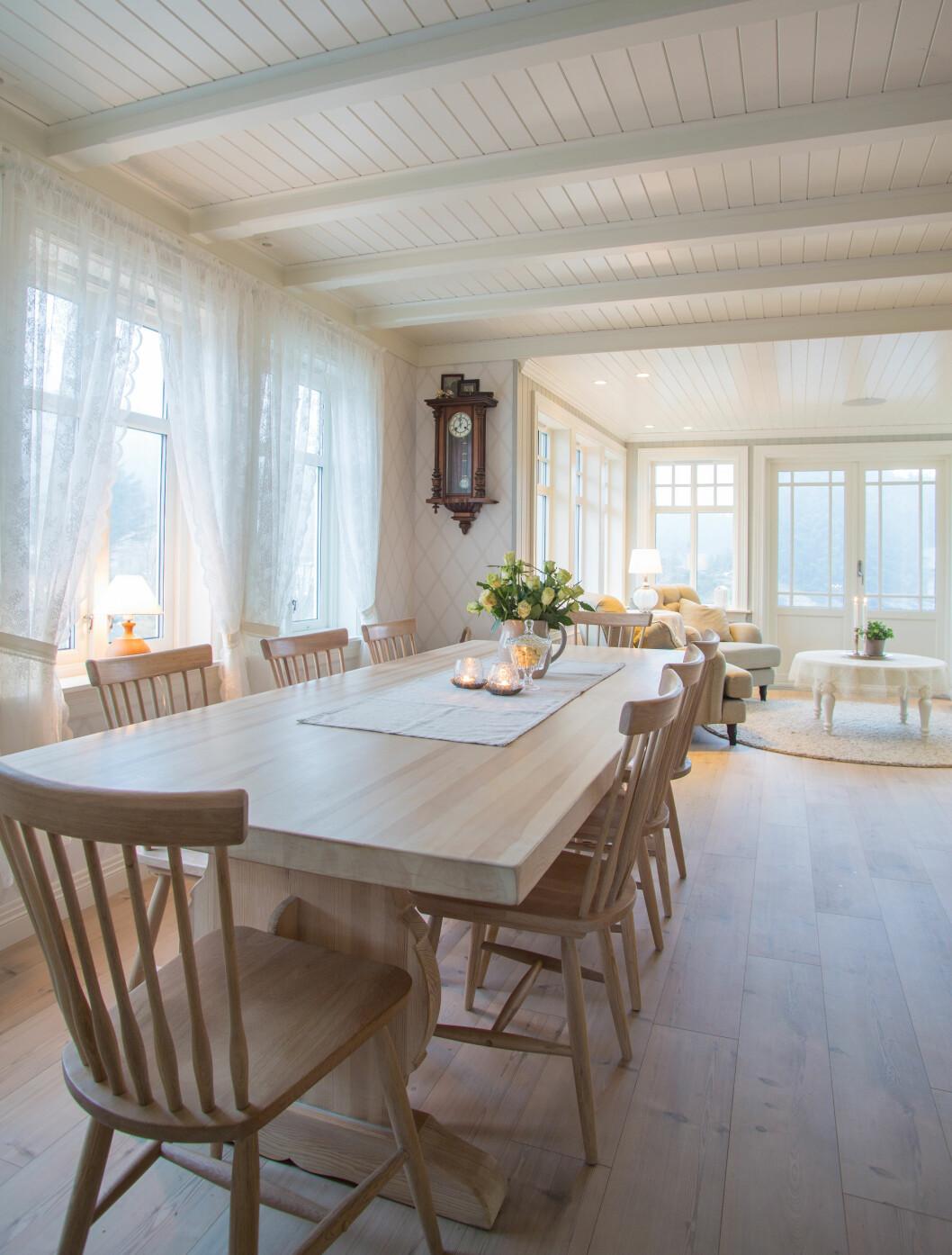 LANGBORD: Spisebordet er arv fra Amalie; en kunstnerisk og bereist slektning som Marianne har mange fine minner om. Stolene er fra Ellos. Foto: Siv-Elin Nærø