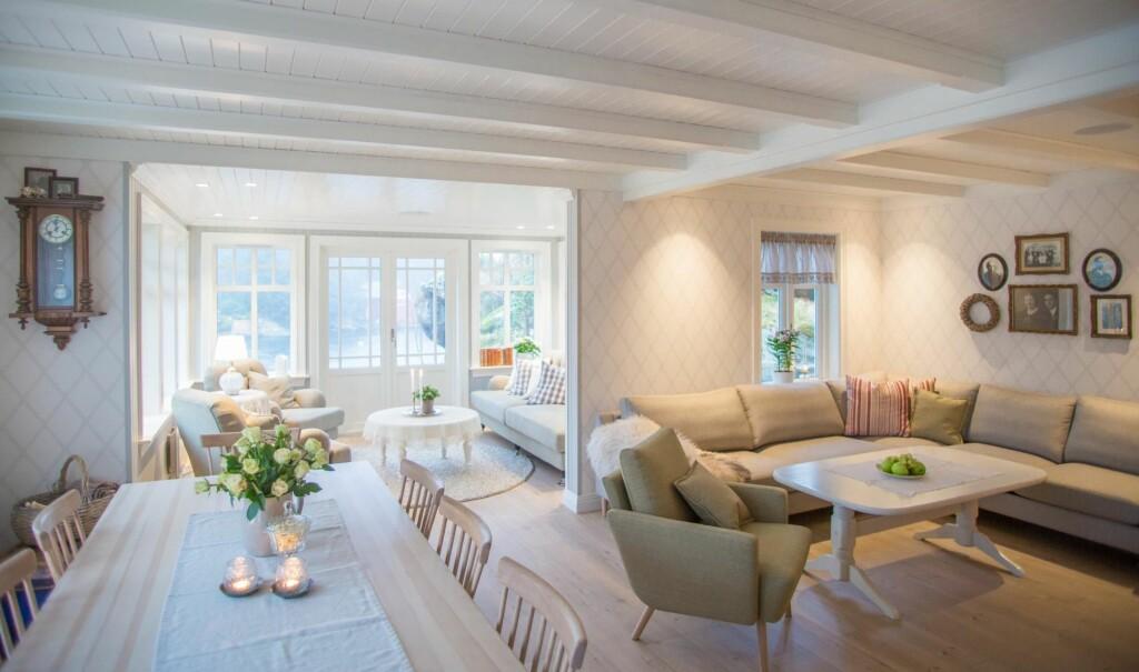 FLERE ROM I ETT: Spisestue, glasstuen og sofaen med plass til slekta når den kommer på besøk.  Foto: Siv-Elin Nærø