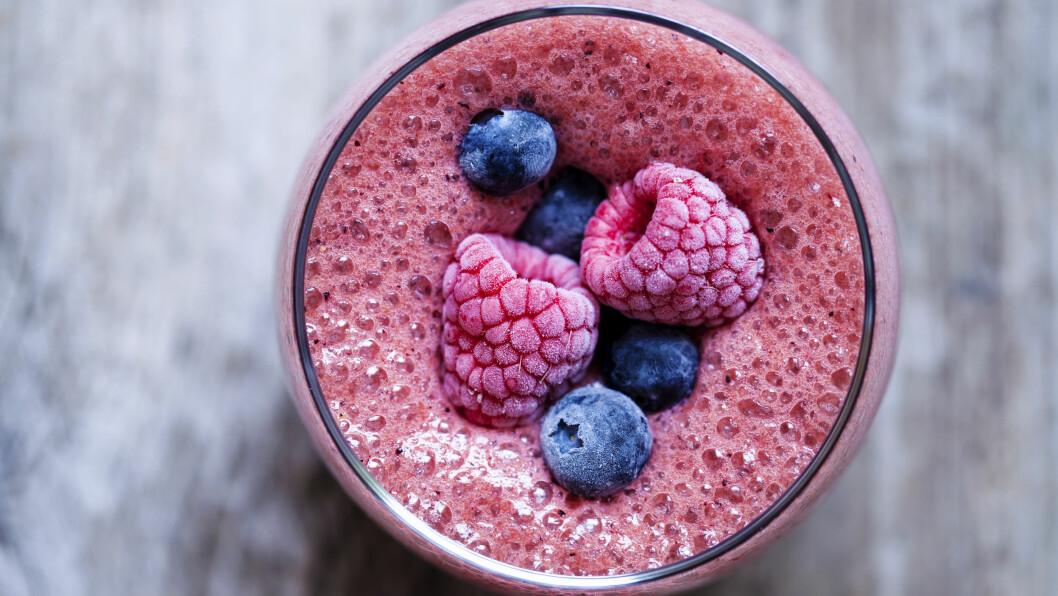 <strong>SMOOTHIE MED FROSNEBÆR:</strong> Det er én veldig viktig ting du må huske når du bruker frosne bær i smoothies.  Foto: Shutterstock / Magdanatka