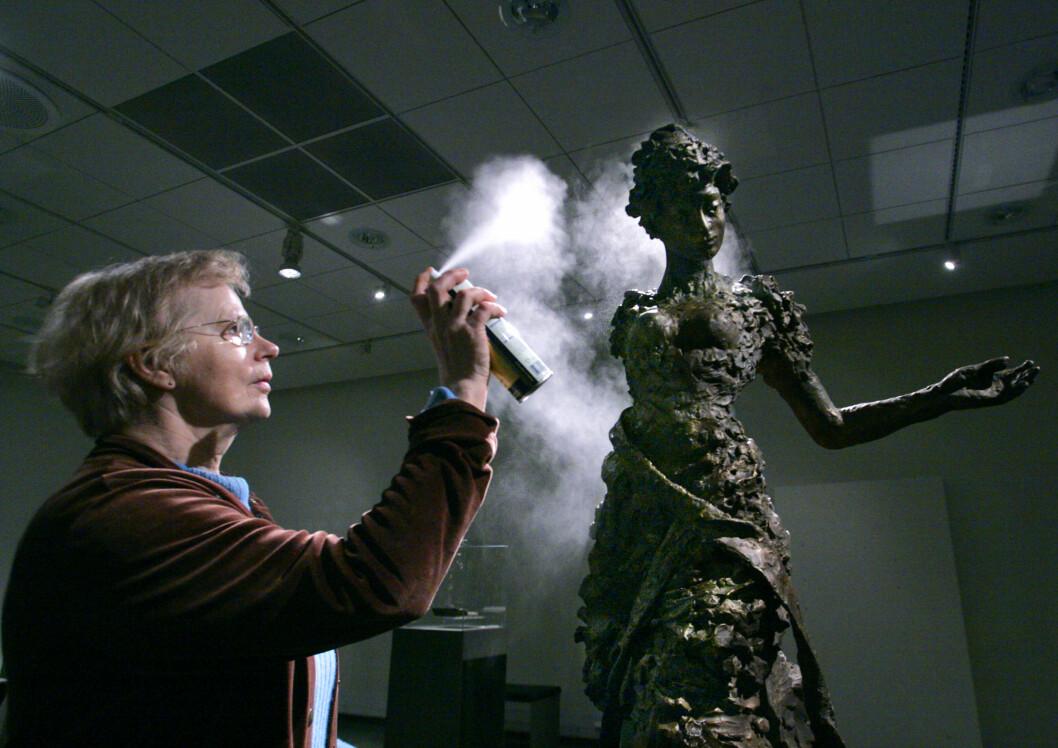 FRA 2006: Billedhugger Nina Sundbye jobber med en av sine Ibsen-skulpturer.  Foto: NTB scanpix
