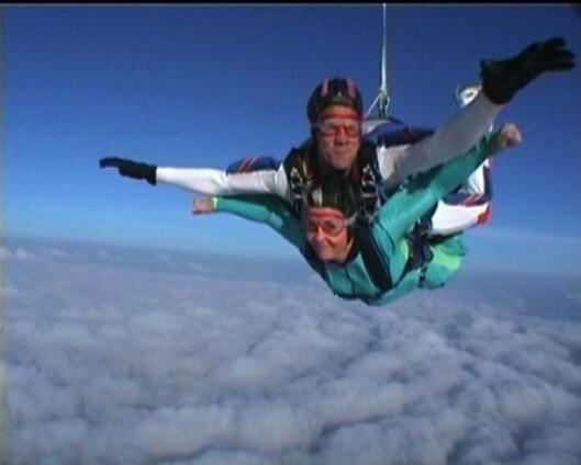 FALLSKJERMHOPPET SAMMEN: Håvard elsket fjell, natur og fallskjermhopping. Camilla ble med på hans hopp nummer 4000. Foto: Privat