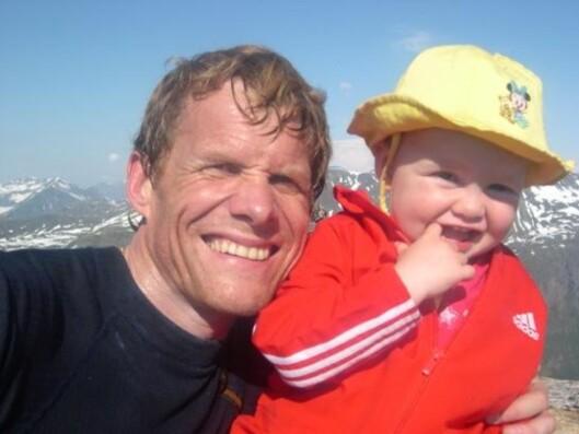 UT PÅ TUR: Hele familien satte pris på naturen og koste seg på fjellturer. Sunniva ble med pappa Håvard på tur i Isfjordsfjellene fra hun var liten. Foto: Privat