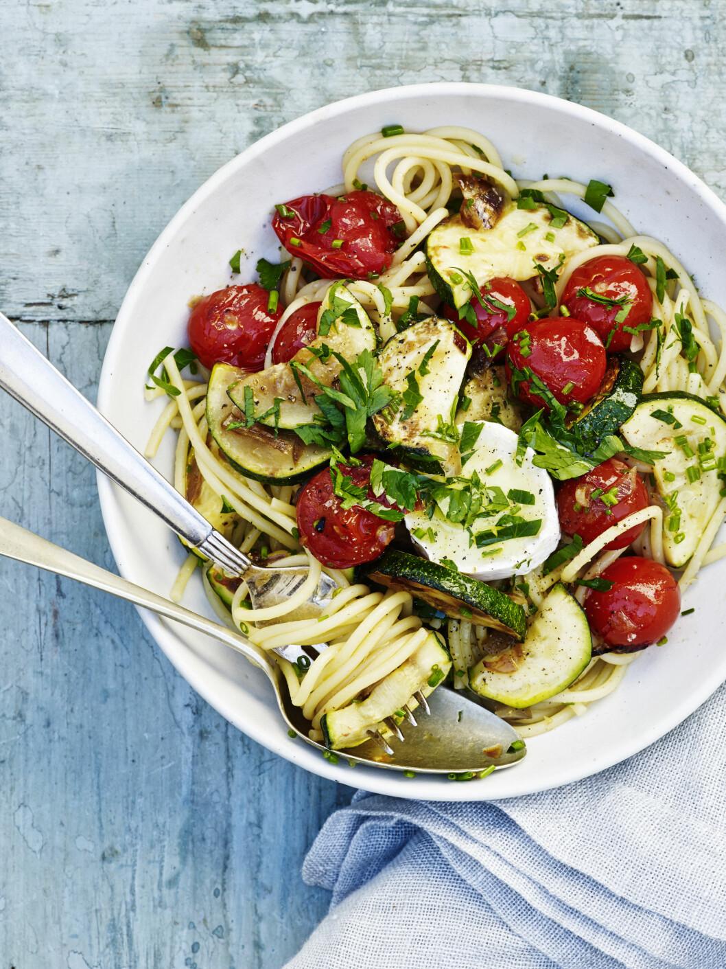 Spagetti med chevré, squash og tomat    Foto: All Over Press