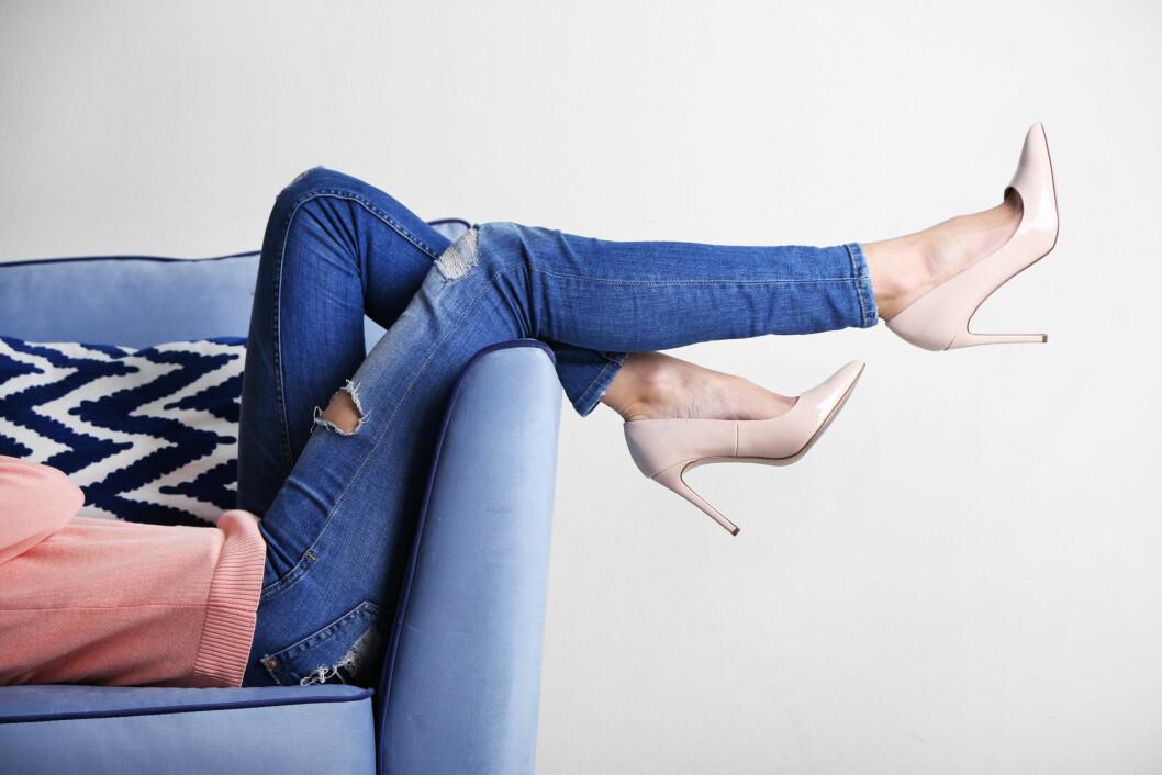 BEINA HØYT: Legg gjerne beina høyt så ofte du kan, slik at venene får hjelp til å tømme seg for blod. Foto: Shutterstock / Africa Studio