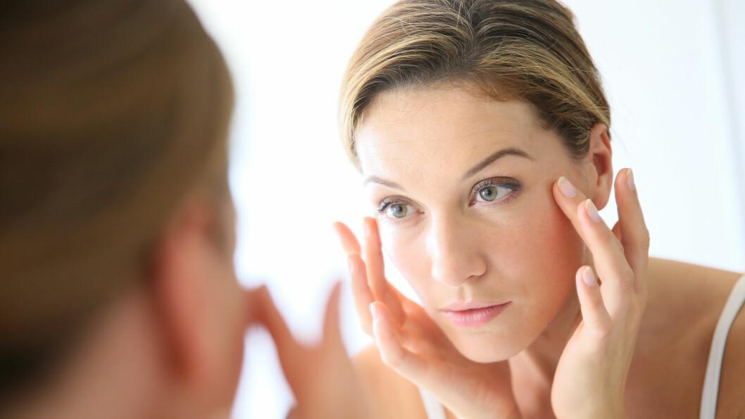DÅRLIG VANE: Det er viktig å vaske bort sminken, og å rense huden godt før du legger deg om kvelden. Foto: Shutterstock / Goodluz