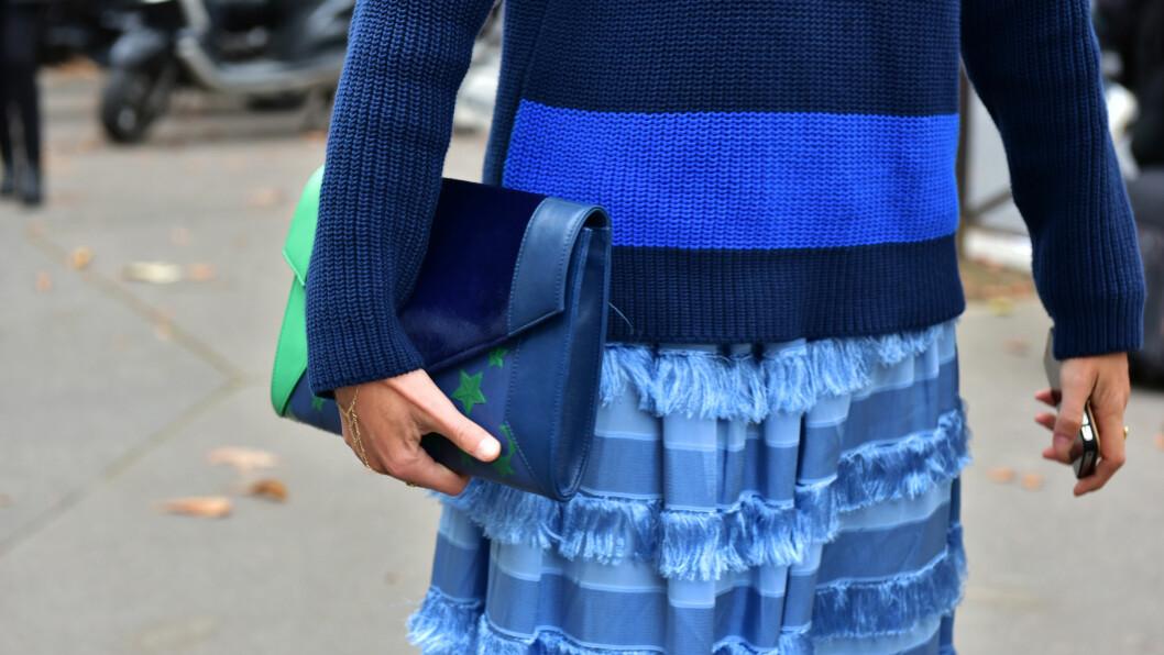 BLÅTONER: Blogger Elisa Nalin gikk for et antrekk i ulike blåtoner under høstens Paris Fashion Week. Foto: DPA
