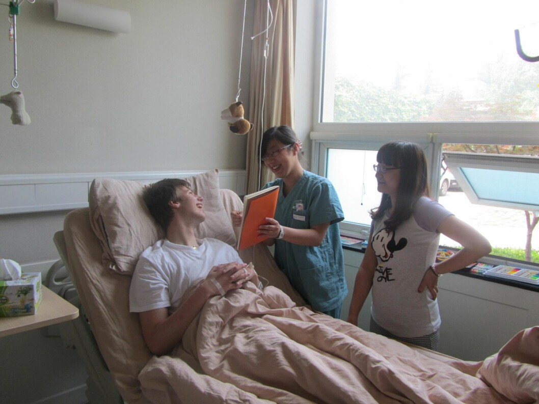 STAMCELLEBEHANDLING: Trine og Adrian fikk veldig god oppfølging på sykehuset i Kina. Logopedene hadde lært seg «norske lyder» for å kunne hjelpe Adrian. best mulig. Foto: Privat