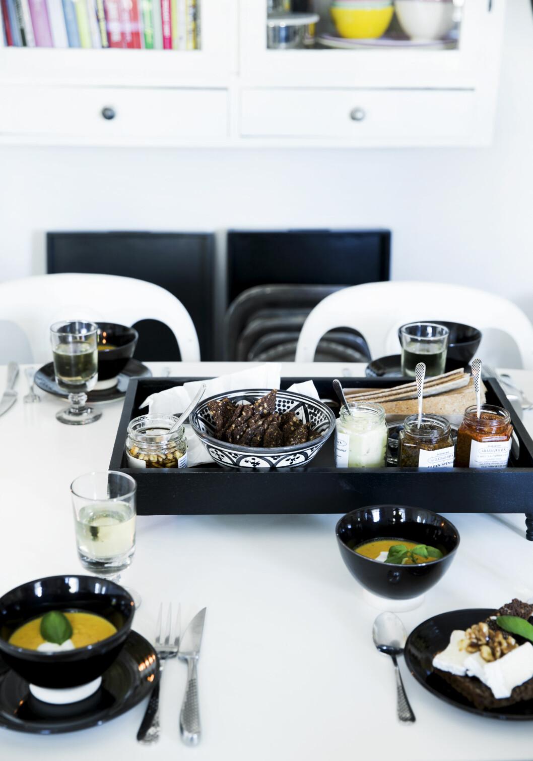 STORT SPISEBORD: Kjøkkenet er husets hjerte, og her elsker Birgitte og familien å samle venner for å nyte god mat. Heldigvis er det plass til mange rundt bordet.   Foto: Tia Borgsmidt