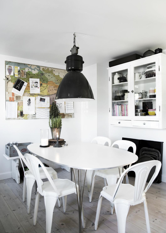 RUSTIKT PREG: Kjøkkenet har en ren, enkel stil, men den store industrilampen og det fargerike kartet gir det et mer rustikt og sjarmerende preg.   Foto: Tia Borgsmidt