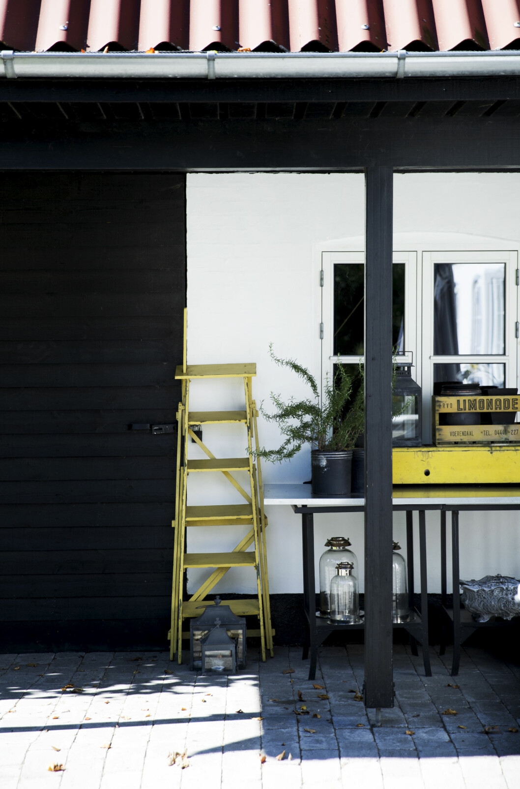 GULE DETALJER: Allerede utenfor huset blir du møtt av glade, solgule detaljer som binder hagen sammen med interiøret.  Foto: Tia Borgsmidt
