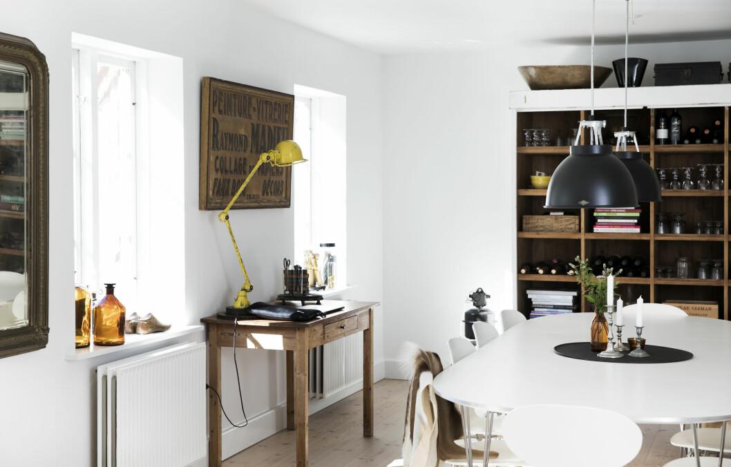DETALJER I GULT: Mellom kjøkkenet og stuen ligger spisestuen med sitt fantastiske lys og utsikt til den frodige hagen. Tips! Miks ulike gultoner som oker, sennep og sitron.  Foto: Tia Borgsmidt