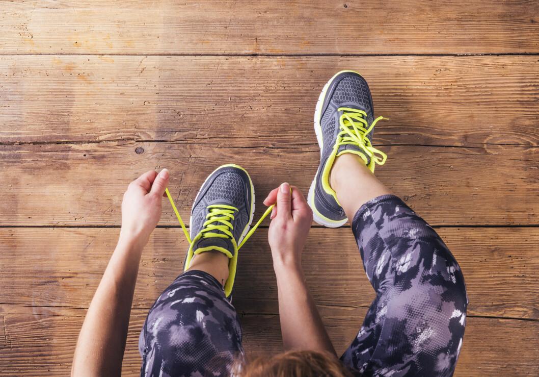 Sliter du med å knyte på deg joggeskoene etter jobb? Da kan du faktisk skylde på sofagrisgenet!  Foto: Shutterstock / Halfpoint