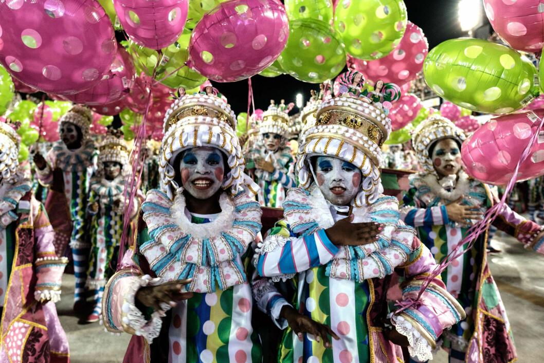 FANTASTISK STEMNING: Dette bildet er tatt under karnevalparaden på Sambadrome i Rio de Janeiro i Brasil denne uken. Her stråler medlemmer fra sambaskolen Mangueira. På biblioteket på Grünerløkka i Oslo er det også duket for karnevalstemning denne helgen! Foto: NTB Scanpix