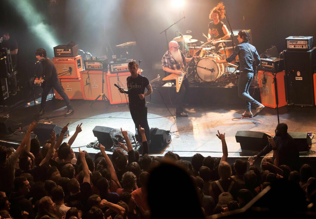 LAR SEG IKKE STOPPE: 13. november i fjor rammet terroren Paris, da flere terrorister stormet inn under Eagles of Death Metal-konserten som ble avholdt i konsertlokalet Bataclan. Søndag står de på Sentrum Scene i Oslo, og til sommeren er de booket til Øyafestivalen på Tøyen i samme by. Foto: NTB Scanpix