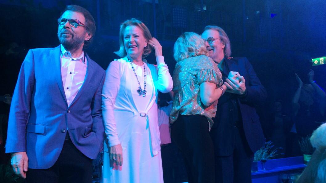 GJENFORENT: Vi blir så glade av å se dette bildet – endelig er ABBA-gjengen gjenforent! Foto: TT NYHETSBYRÅN