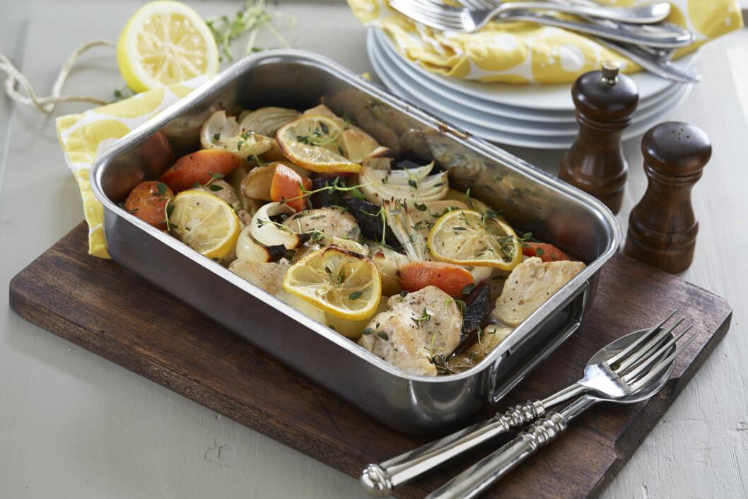 KYLLING OG ROTGRØNNSAKER I FORM: Her stekes hele middagen i en form og alle gode smaker trekker inn i rotgrønnsakene og potetene i formen. Foto: Synøve Dreyer