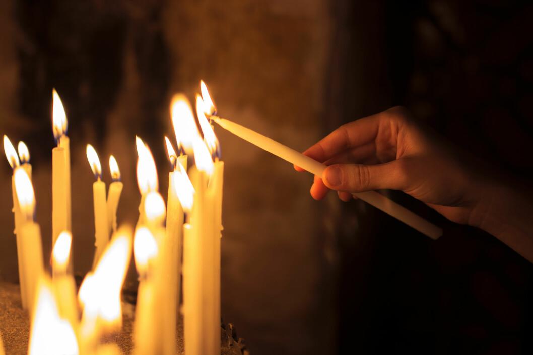 TILGIVELSE: Å tenne lys hjalp «Ingrid» å tilgi seg selv for den smerten hun hadde påført andre med sin alkoholisme.  Foto: NTB-scanpix