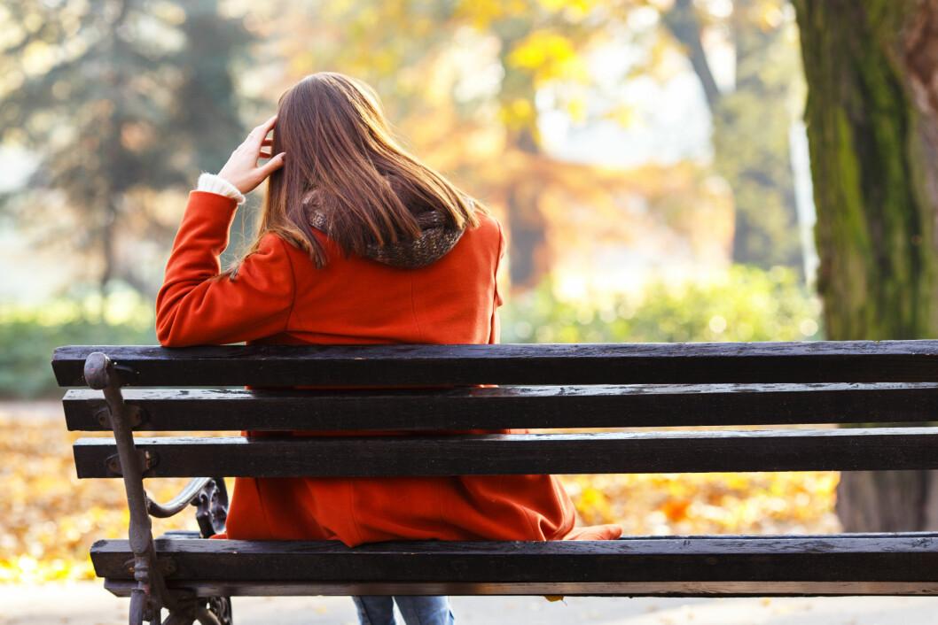 SKAFF DEG HJELP: Alkoholikere og også deres pårørende opplever ofte ensomhet. Sykdommen er skambelagt, og ikke lett å snakke om. Men det er lurt å prate med noen. Foto: NTB-scanpix