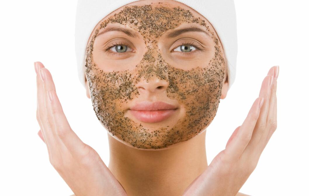 PEELING: Det finnes andre typer peeling enn de med grove korn. Har du sart, sensitiv hud, bør du velge en mildere peelingtype. Foto: pressmaster - Fotolia