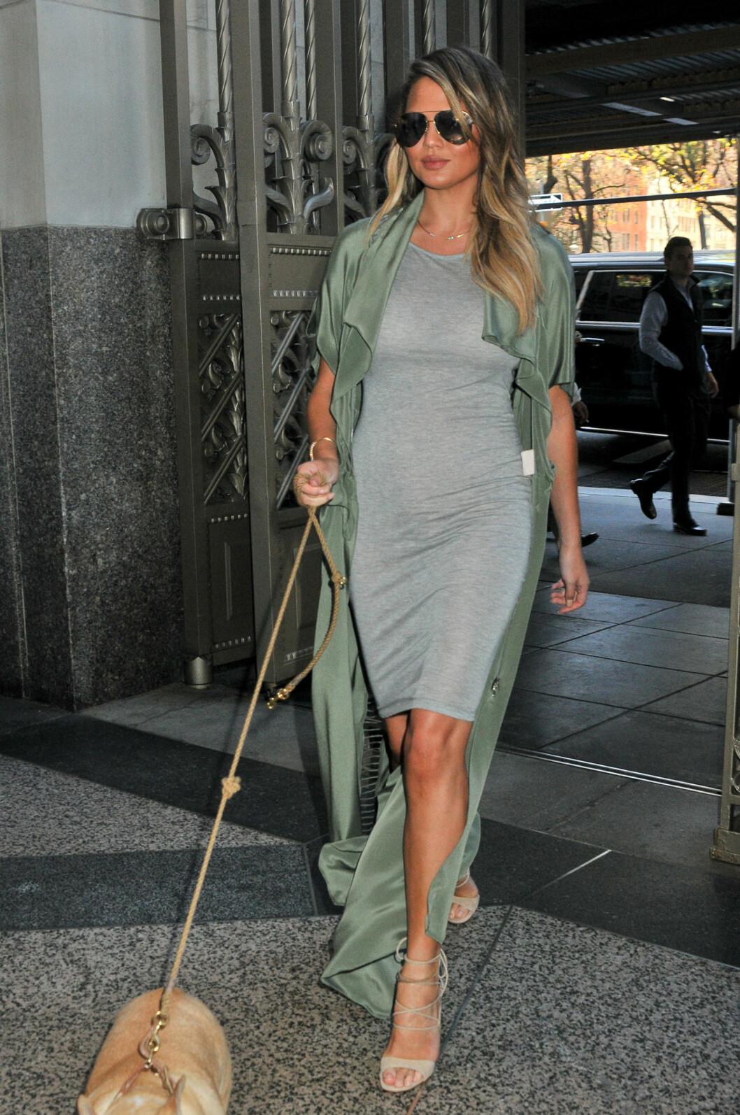 UT PÅ TUR: Denne looken ser vi ofte på Chrissy Teigen - selv når hun går tur med hunden. Foto: Splash News