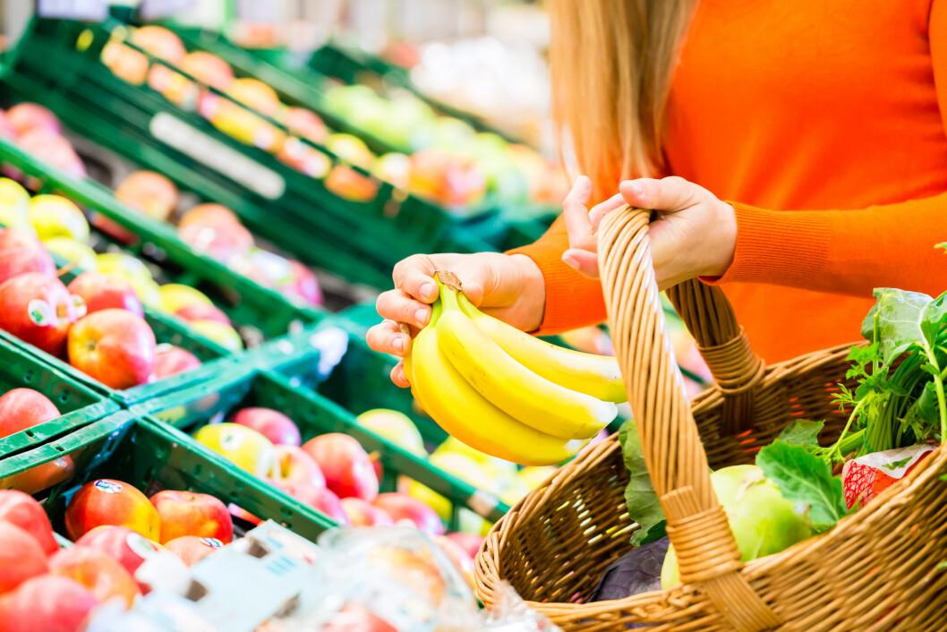 PERFEKTE BANANER: Når du skal kjøpe bananer bør du se etter de som ikke har misfarging på skallet. Jo mindre misfarging, jo bedre behandling har de fått. Foto: Kzenon - Fotolia