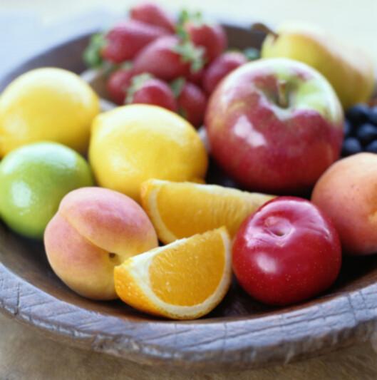 FRUKT OG GRØNT: Gjør kroppen og huden en kjempetjeneste og få i deg nok frukt og grønt.  Foto: Getty Images