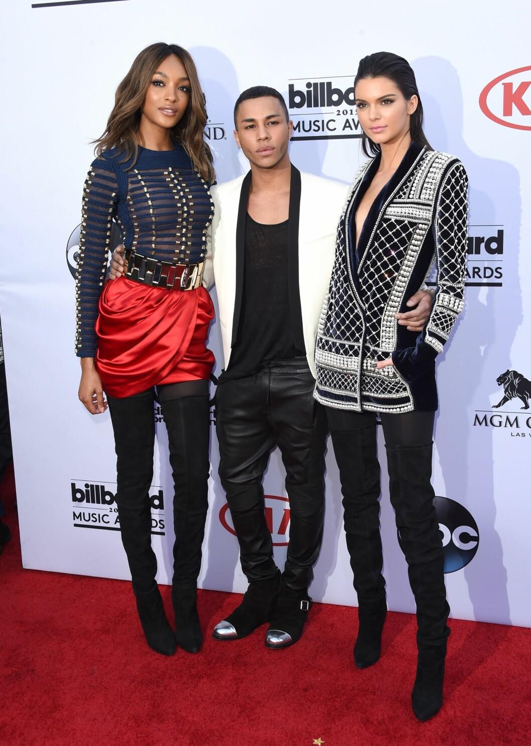 <strong>MED SJEFSDESIGNEREN:</strong> Her er modellene Jourdan Dunn og Kendall Jenner med Balmains sjefsdesigner Olivier Rousteing på Billboard Music Awards. Begge modellene bar plagg fra H&M-kolleksjonen, som lanseres 5. november.  Foto: Afp