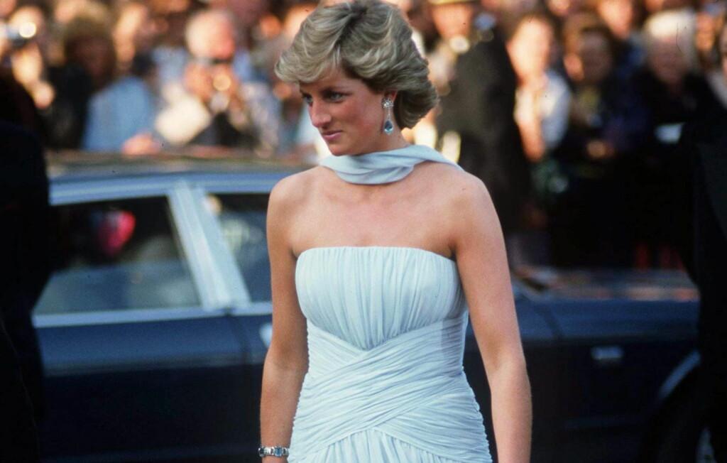 293657a5 ALLTID VELKLEDD, VAKKER OG VERDIG: Denne lyseblå ermeløse chiffonkjolen  prinsesse Diana hadde på seg