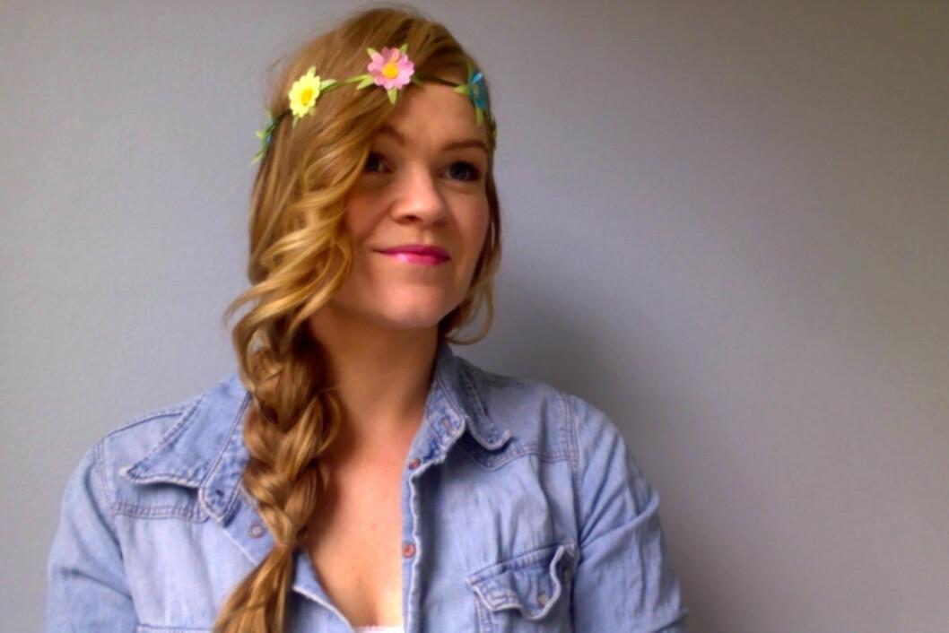 FLETTEFIN: Pynt opp sidefletta med et lekkert hårbånd. Velg selv om du fester hårbåndet oppå håret eller i panna.  Foto: Aina Kristiansen