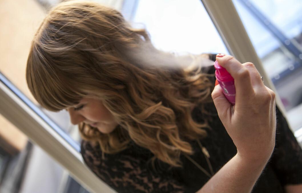 SPRAY ETTER STYLING: Unngå å bruke hårspray før du krøller eller retter ut håret, så skader du håret mindre. Varmebeskyttelsen må du imidlertid bruke før du bruker varmeverktøyene. Foto: Per Ervland