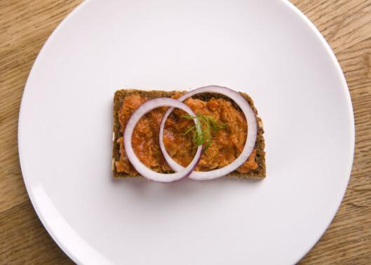 JA, TAKK! Makrell i tomat er veldig sunt pålegg, mye på grunn av det gode proteinet og fettet i makrellen.  Foto: Colourbox