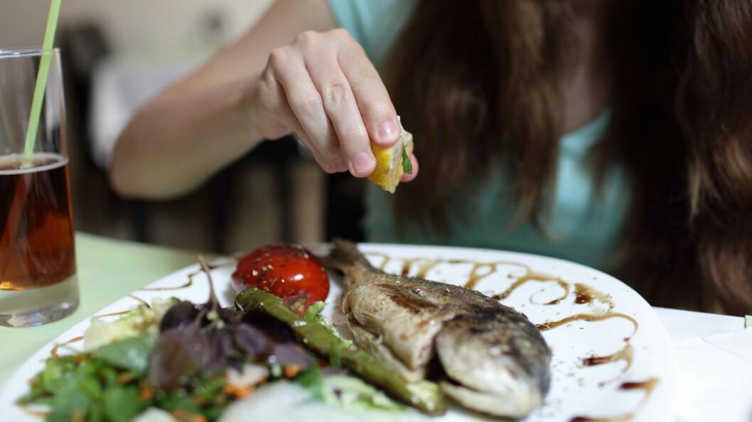 TILSETT NOE SYRLIG: Ferskpresset sitron på fisken gjør underverker, ifølge MariannMat.no.  Foto: Fotolia