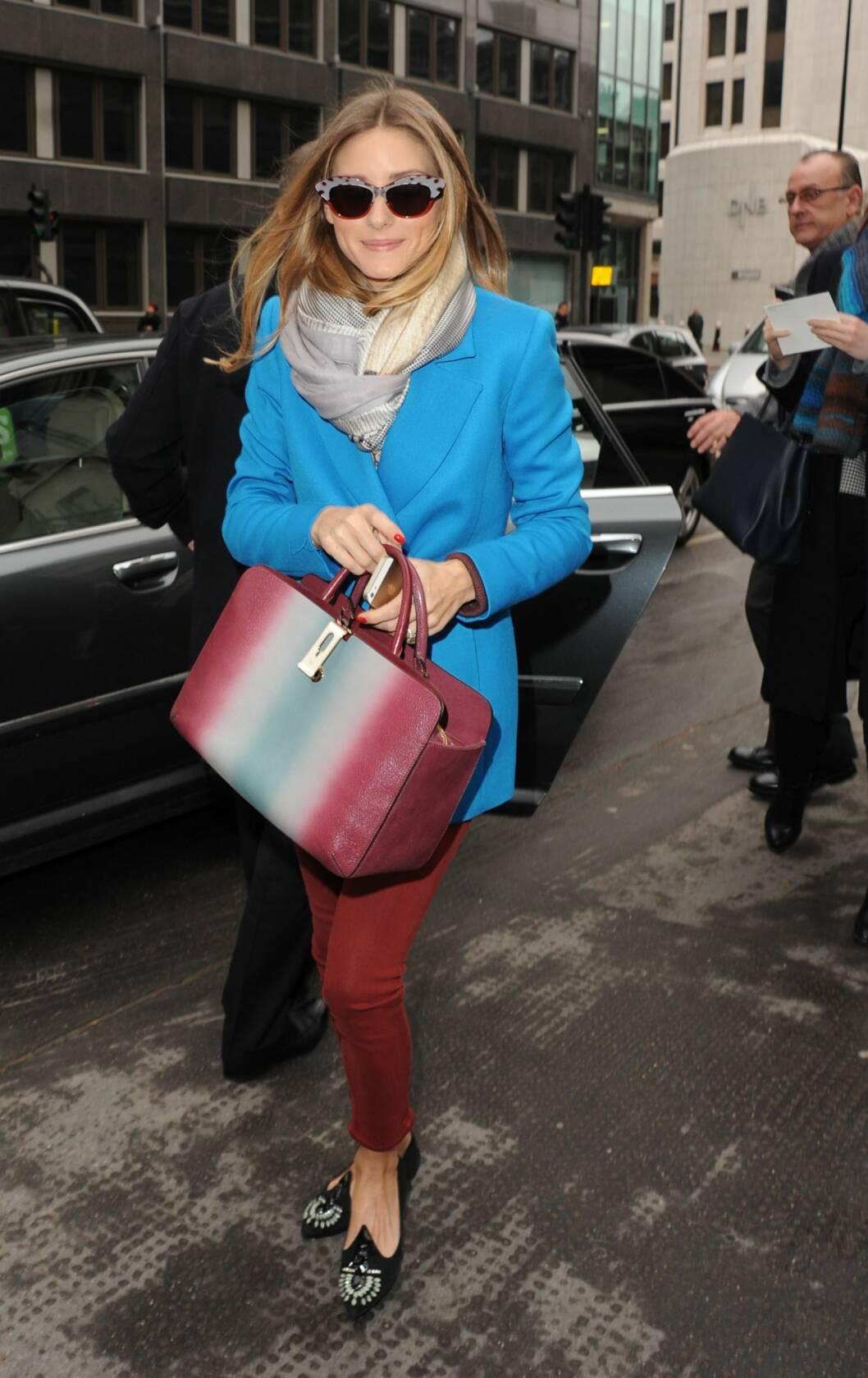 AVSLAPPET STIL: Olivia Palermo elsker å tulle seg inn i store gode skjerf. Foto: John McNamara/ Splash News/ All