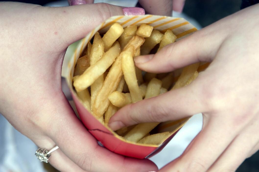 USUNN: En ny norsk studie viser at personer med mye magefett, ofte får i seg mer hamburgere, pølser og kunstig søtet drikke enn mennesker med lite magefett. Foto: All Over Press