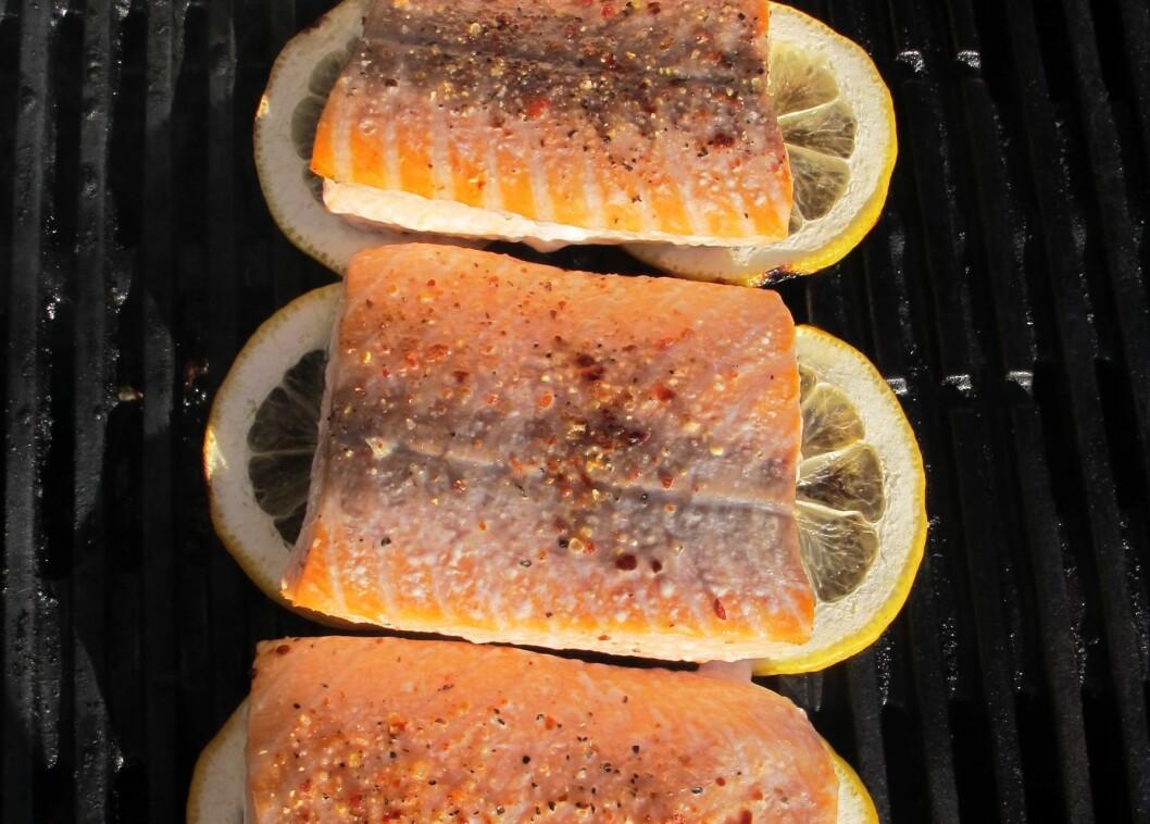 SMART MAT: Fisk på grillen er topp - og med sitronskiver under unngår du at den brenner seg fast. Foto: Stine Okkelmo