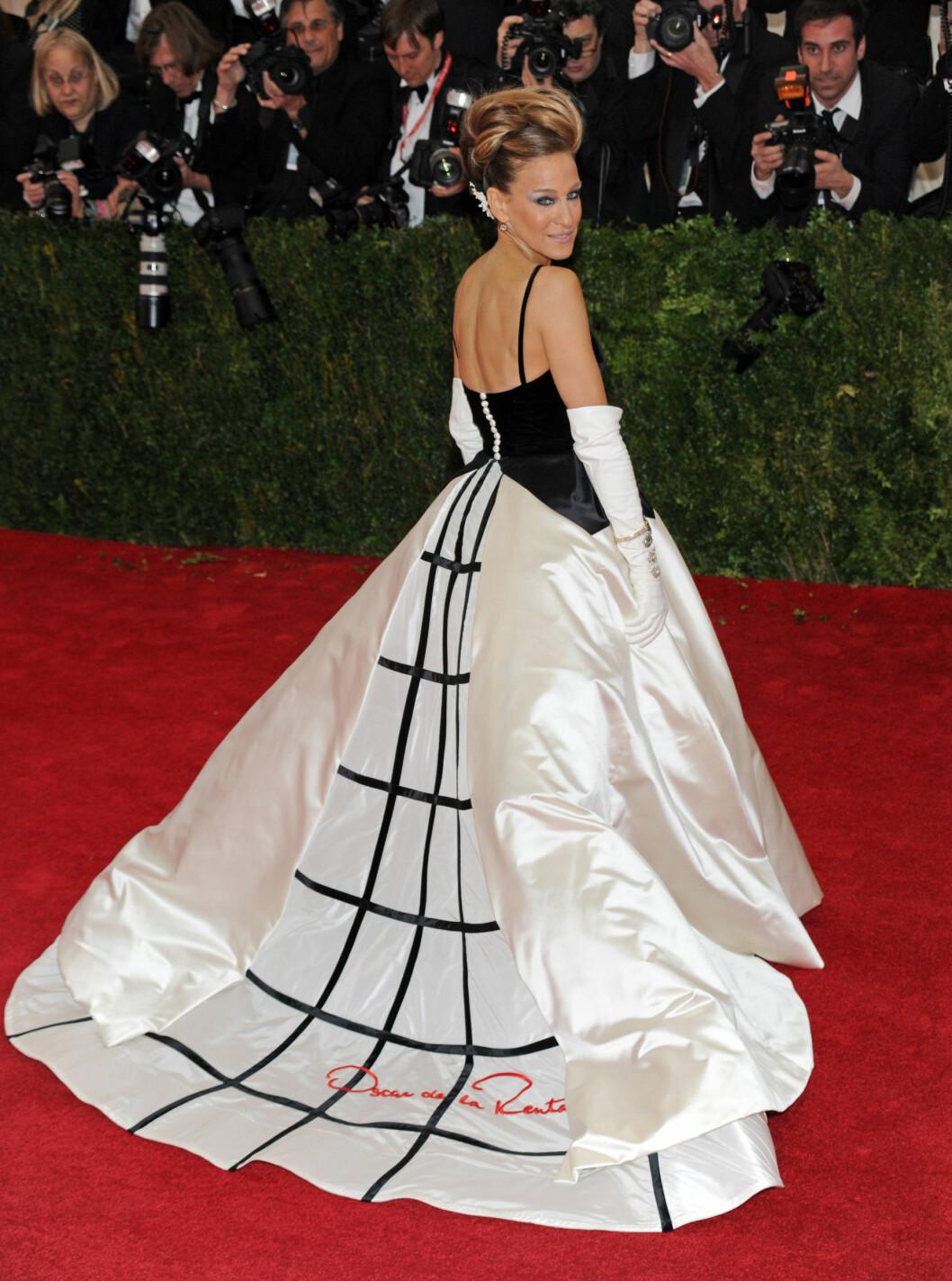 EN DRØM PÅ RØD LØPER: Skuespiller Sarah Jessica Parker i Oscar De la Renta-kjole på the Met Gala i mai i år.  Foto: insight media/All Over Press