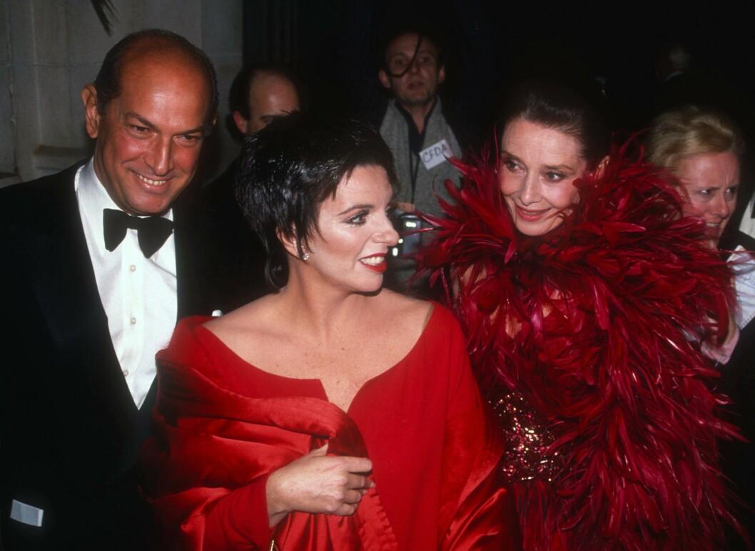 TRE LEGENDER: Oscar De la Renta, Liza Minelli og Audrey Hepburn i 1981. Foto: insight media/All Over Press