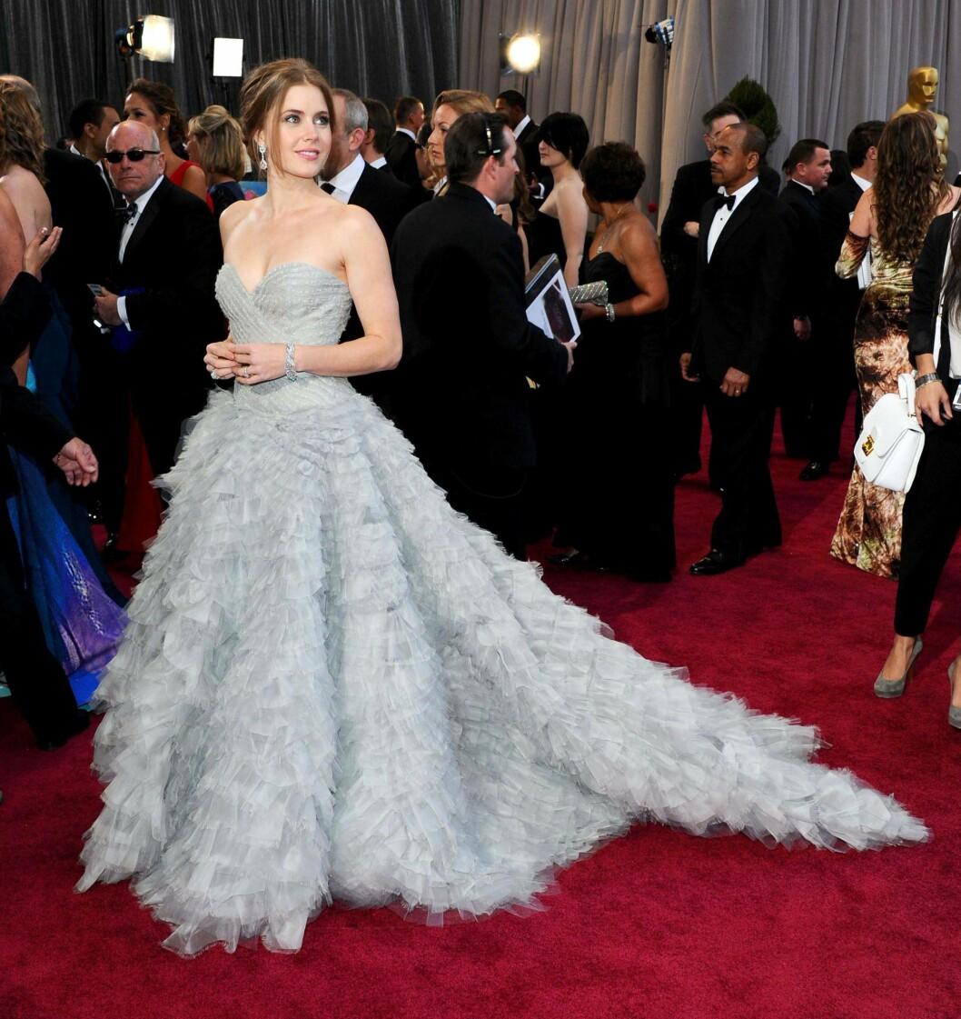 FJÆRLETT: Skuespiller Amy Adams i en nydelig kjole signert motelegenden på Oscar-utdelingen i 2013.  Foto: REX/Stewart Cook/All Over Press