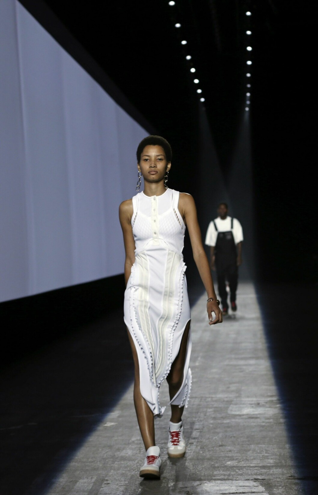epa04928196 A model presents a creation from the Spring 2016 collection by Alexander Wang, during New York Fashion Week in New York, New York, USA, 12 September 2015. The Spring 2016 collections are presented from 10 to 17 September.  EPA/PETER FOLEY Foto: Epa