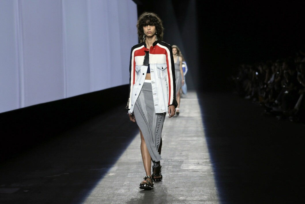 epa04928193 A model presents a creation from the Spring 2016 collection by Alexander Wang, during New York Fashion Week in New York, New York, USA, 12 September 2015. The Spring 2016 collections are presented from 10 to 17 September.  EPA/PETER FOLEY Foto: Epa