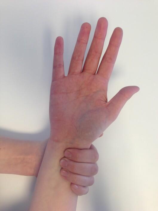 SJEKK PULSEN: Dette er den enkleste måten å finne pulsen på. Med fire fingre over pulsåren finner du den enkelt. Foto: Ronja Rognmo