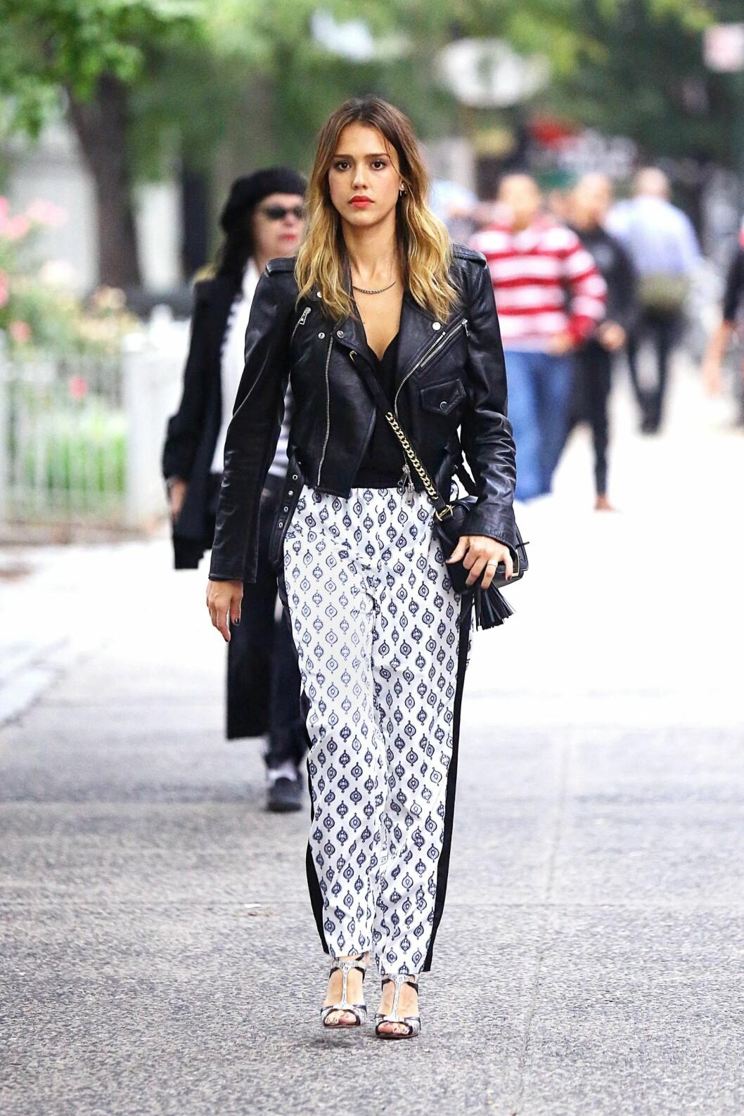 JESSICA ALBA: Skjønnheten rocker opp buksa med en skinnjakke. Foto: All Over Press