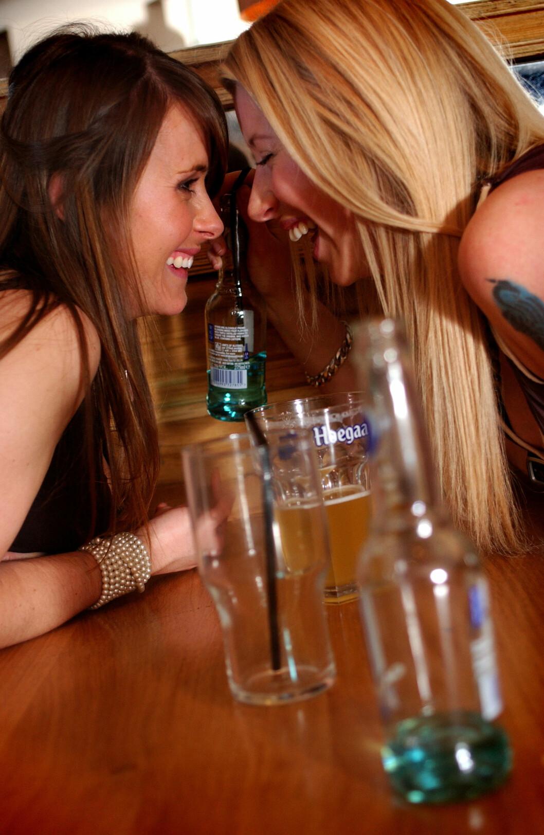 GODT HUMØR: En god regel er å ikke drikke seg så beruset at du er til sjenanse for andre, eller en risiko for deg selv. Et par enheter alkohol er alt som skal til for å få deg i godt humør. Foto: Jim Wileman / Alamy/All Over Press