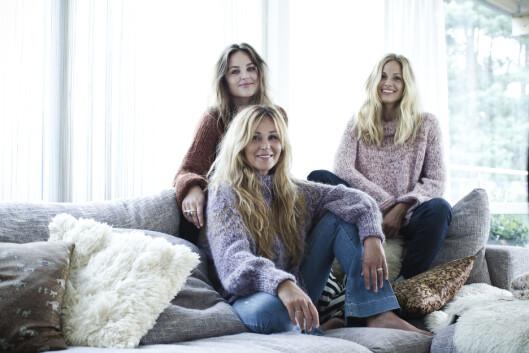 <strong>SKAPPELGENSEREN:</strong> I Skappel-familien har alle strikkedilla, og hobbyen har blitt til en familiebedrift. Dorthe Skappel i front med døtrene Marthe (t.v.) og Maria. Foto: Astrid Waller