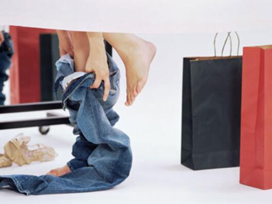 <strong>SKAL SITTE PERFEKT:</strong> Det viktigste å tenke på når du er i prøverommet, er: a) at buksen sitter perfekt på deg, b) hva du skal bruke buksa til, c) hva slags sko som kan passe.  Foto: All Over Press